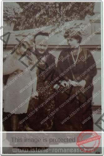 Carte postala ilustrata - Regina Elisabeta cu Principesa Maria si Printesa Elisabeta la Sinaia - 1910