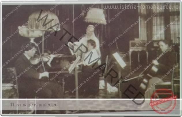 Carte postala ilustrata - Regina Elisabeta in timpul unui concert sustinut de George Enescu si Constantin Dinicu la Peles - 1913