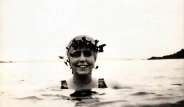 Regina Maria înotând la Balcic