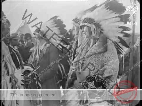 Regina Maria, surprinsă, purtând un costum indian, în timpul vizitei sale din Statele Unite ale Americii, din 1926